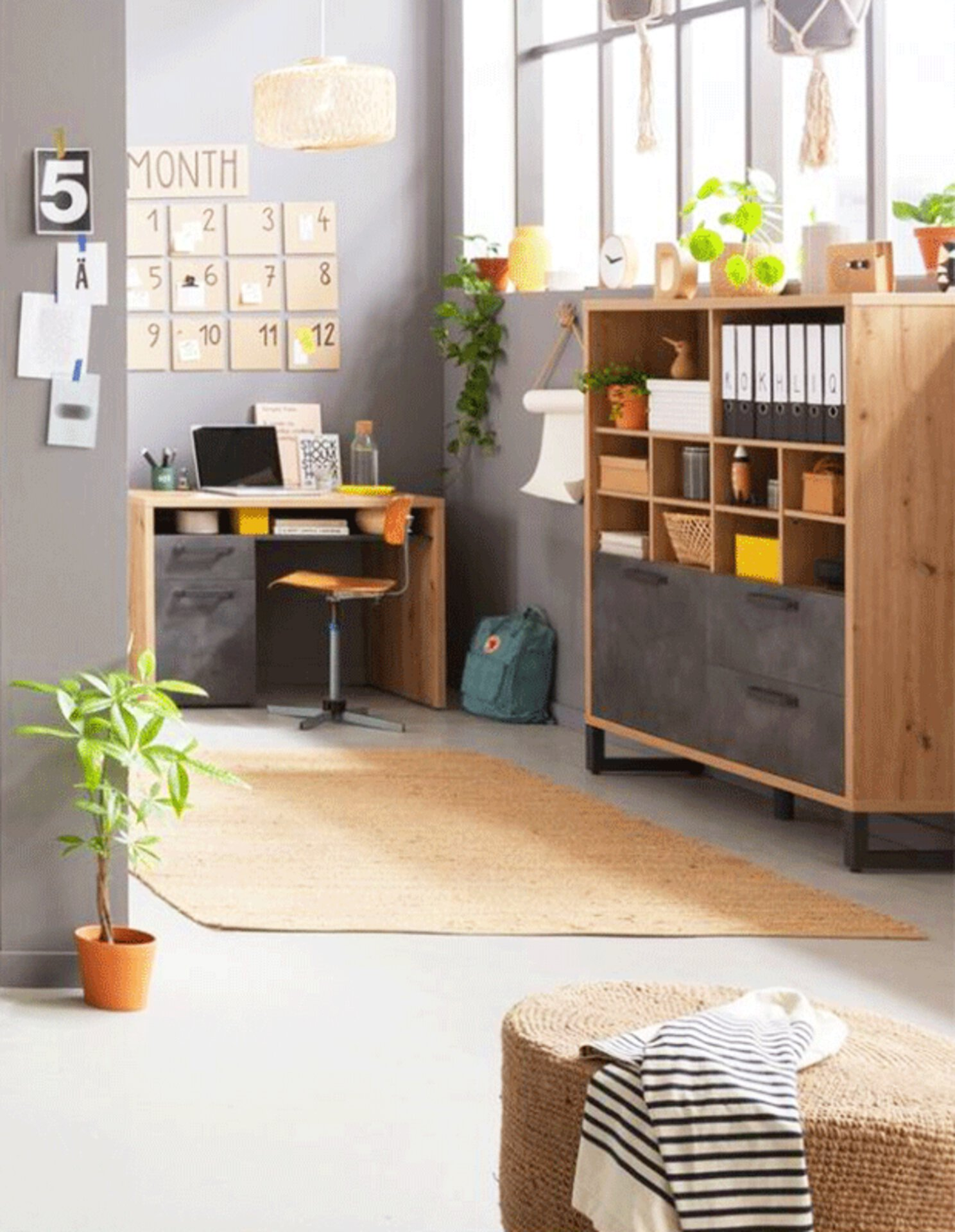 """Inspirationsbild zu """"WG-Zimmer-Einrichten"""" zeigt einen hellen Raum mit kompakten Möbellösungen."""