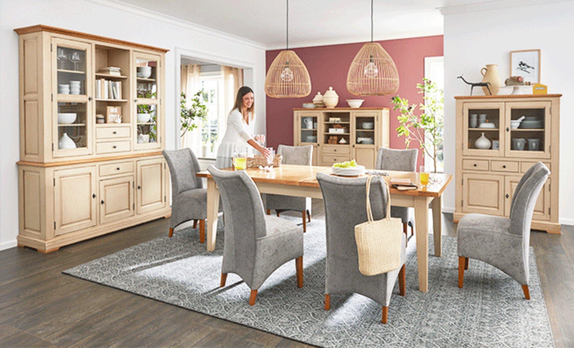 Esszimmer im Landhausstil mit naturbelassenen Holzmöbeln im typischen Bauernstyle.