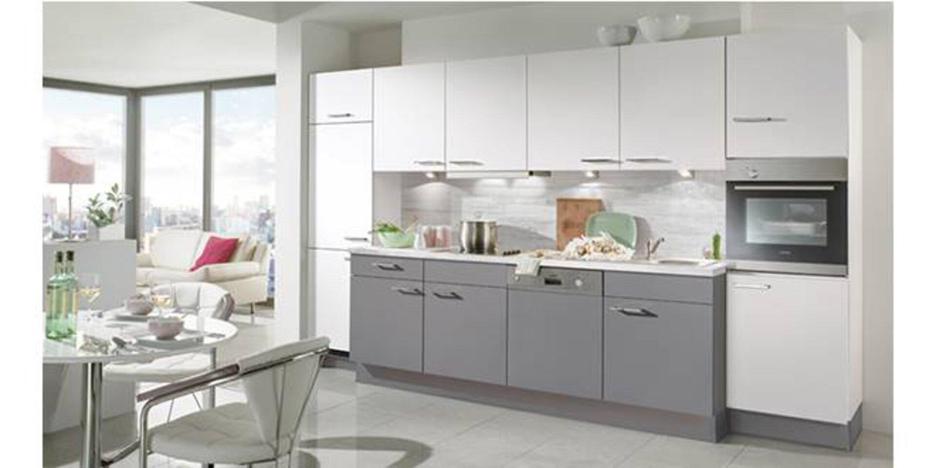 Lange Küchenzeile mit grauen Unterschränken und weißen Hängeschränken zeigt eine potentielle Planungsküche.