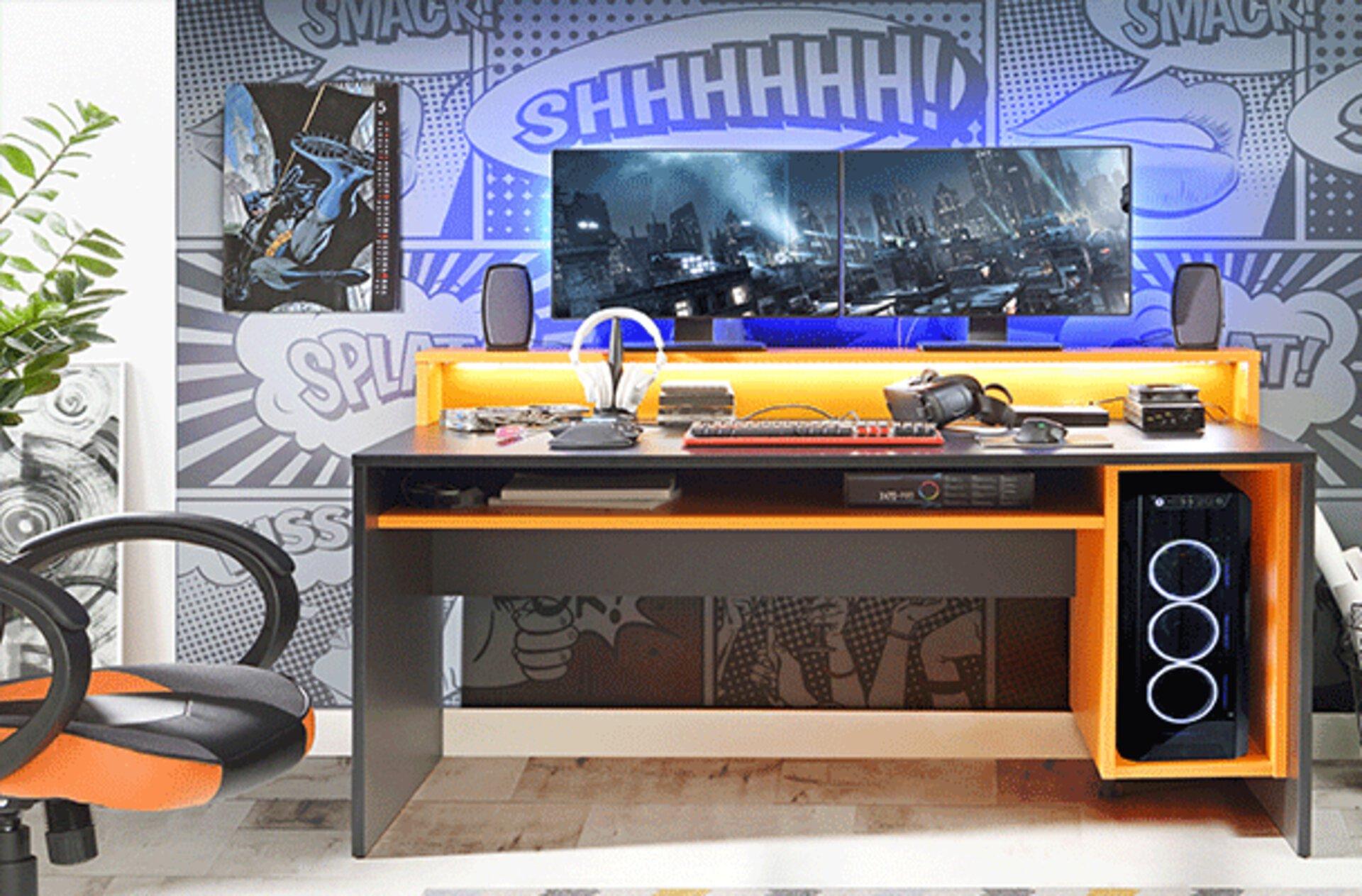 Moderner, jugendlicher Gaming Schreibtisch mit Designhighlights in Orange. Alle Zock- und Schulutensilien finden platz auf diesem hochwertigen Schreibtisch.