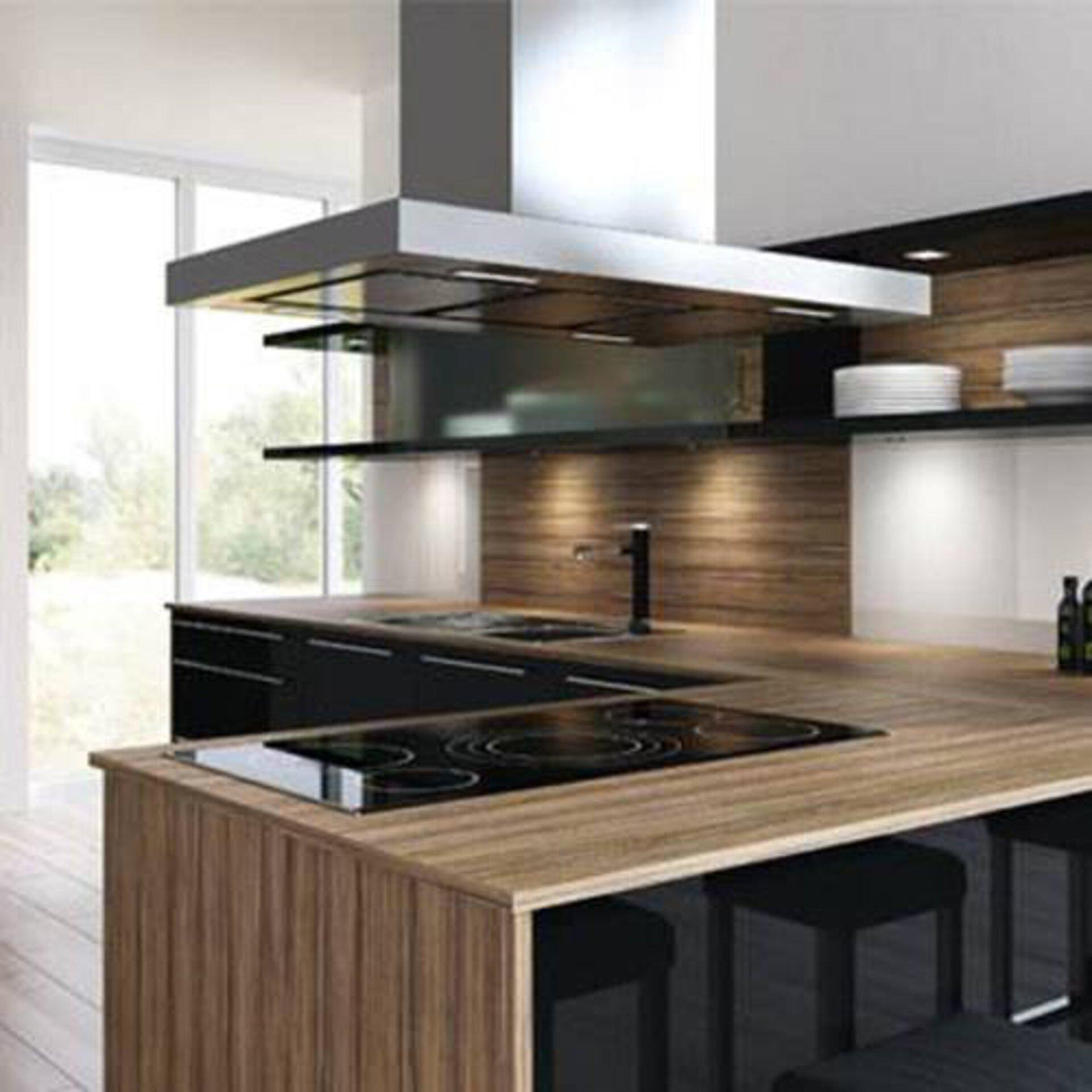 Milieubild zu Arbeitsplatten aus Laminat. Zu sehen ist eine L-förmige Küche. Die Laminatarbeitsplatte wirkt wie Massivholz.