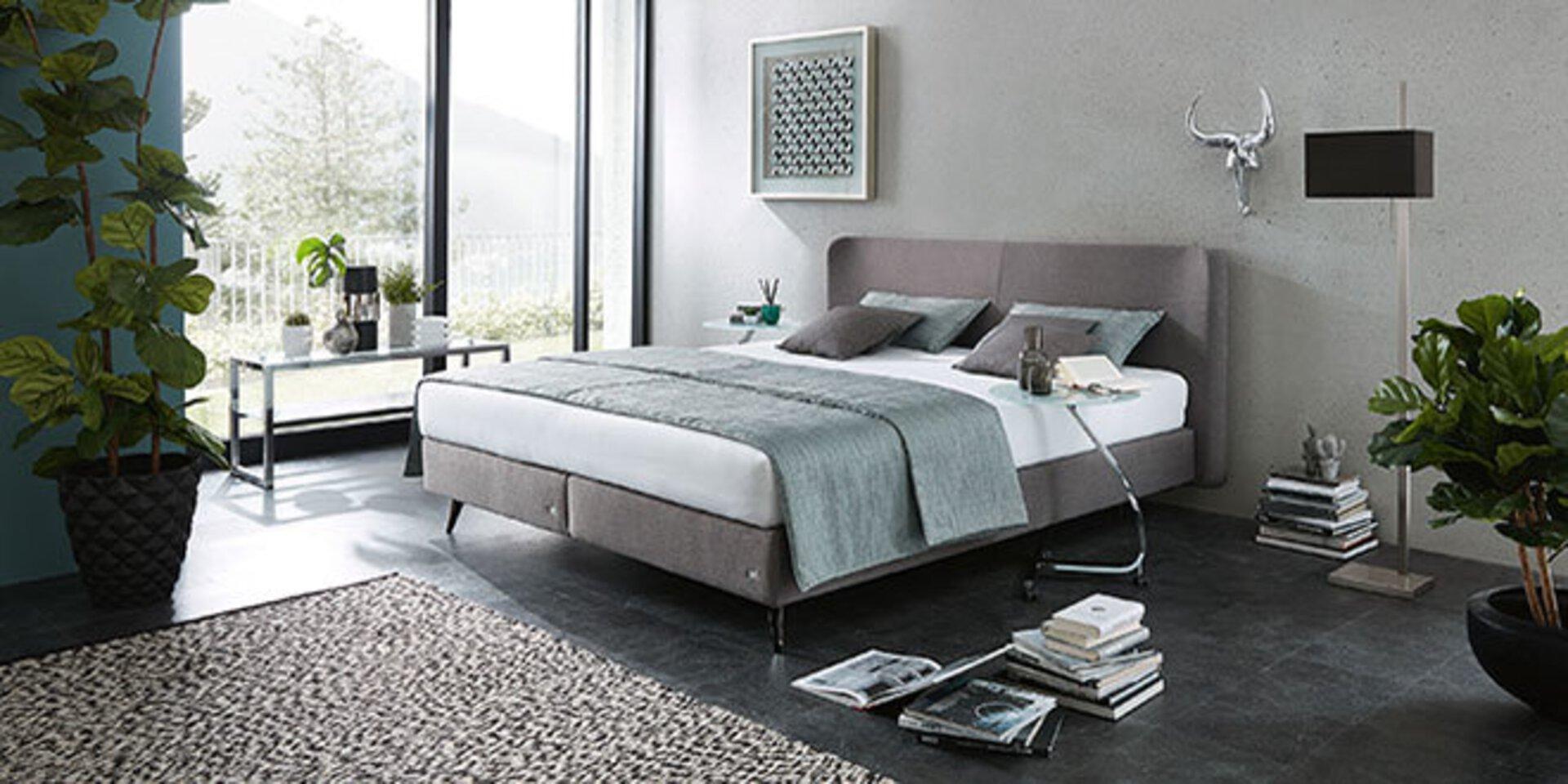 Titelbild der Marke ruf Betten zeigt ein Polsterbett in altrosa.