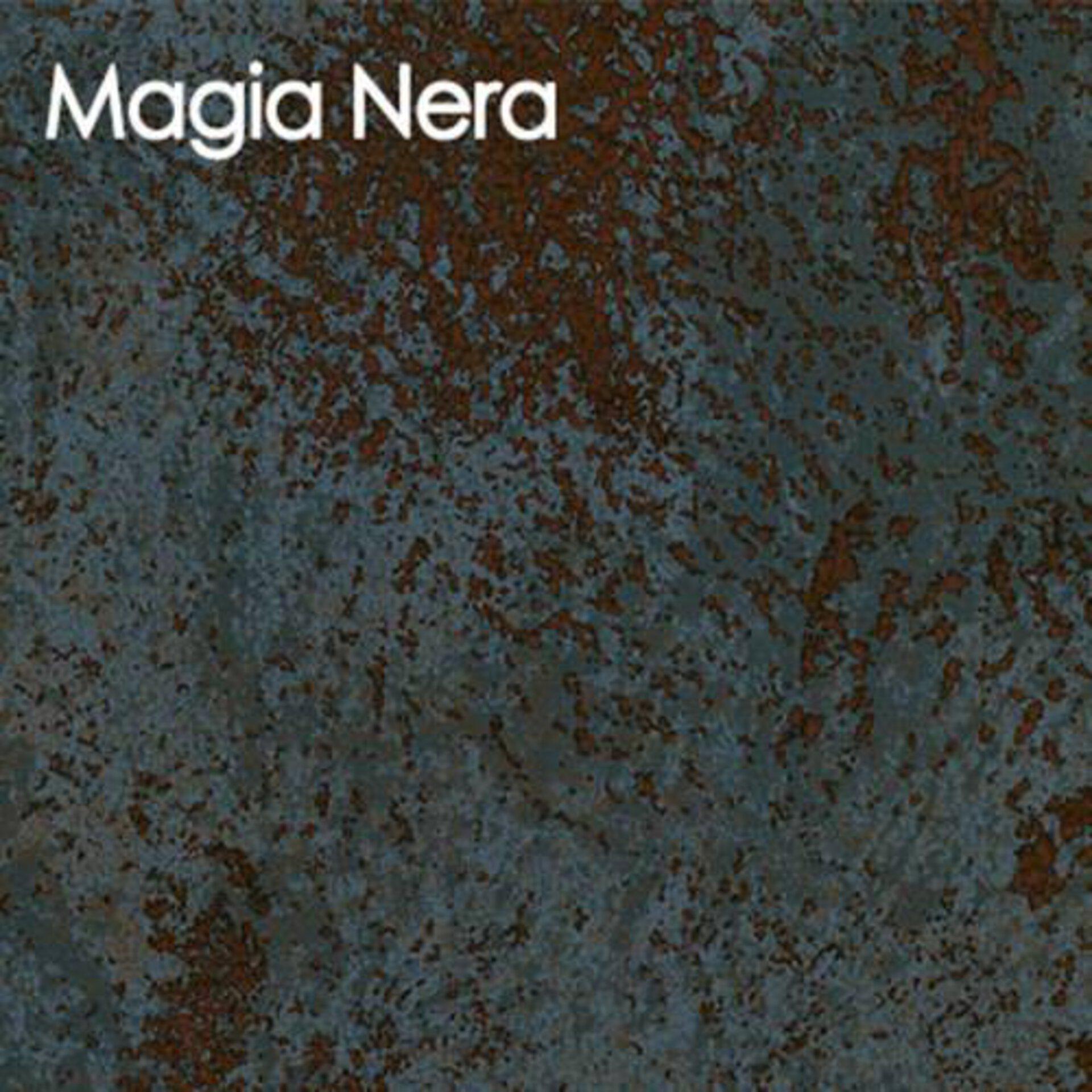 Arbeitsplatte aus Keramik in der Steinoptik Magia Nera. Die vorherschenden Farben sind Steinblau und Rostbraun.