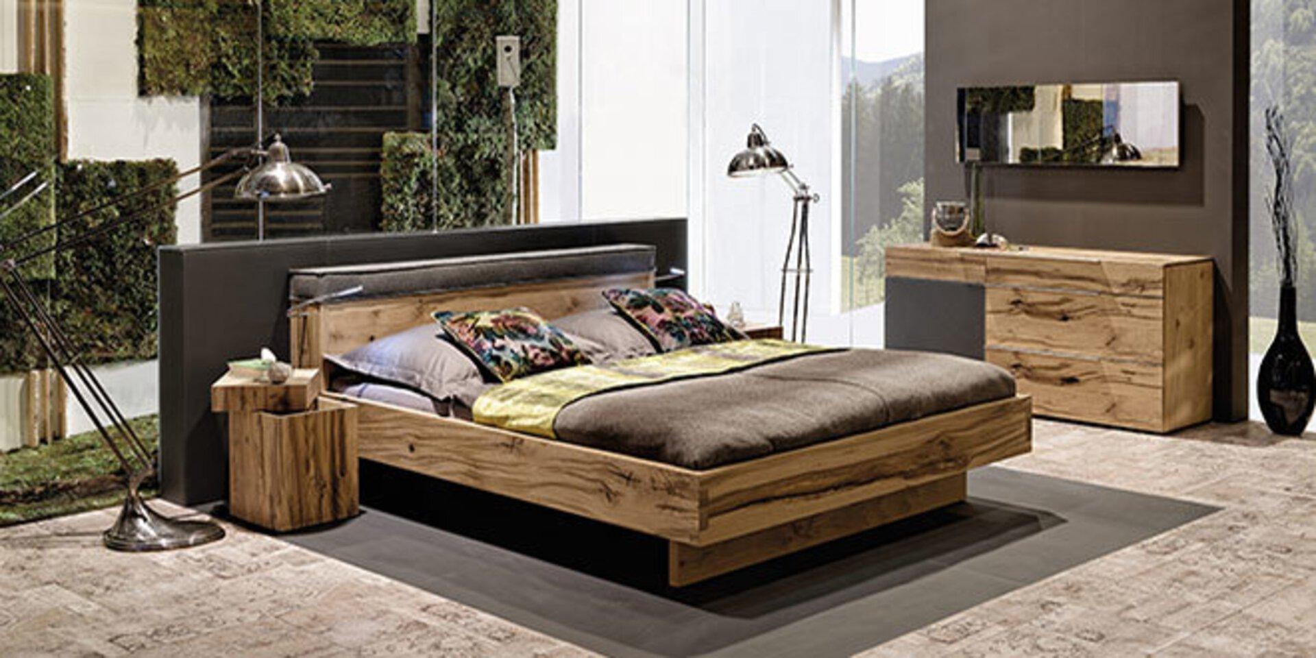 Titelbild der Premiummarke Voglauer - Möbel voller Leben. Abgebildet ist ein Schlafzimmer aus modernen Holzmöbeln.