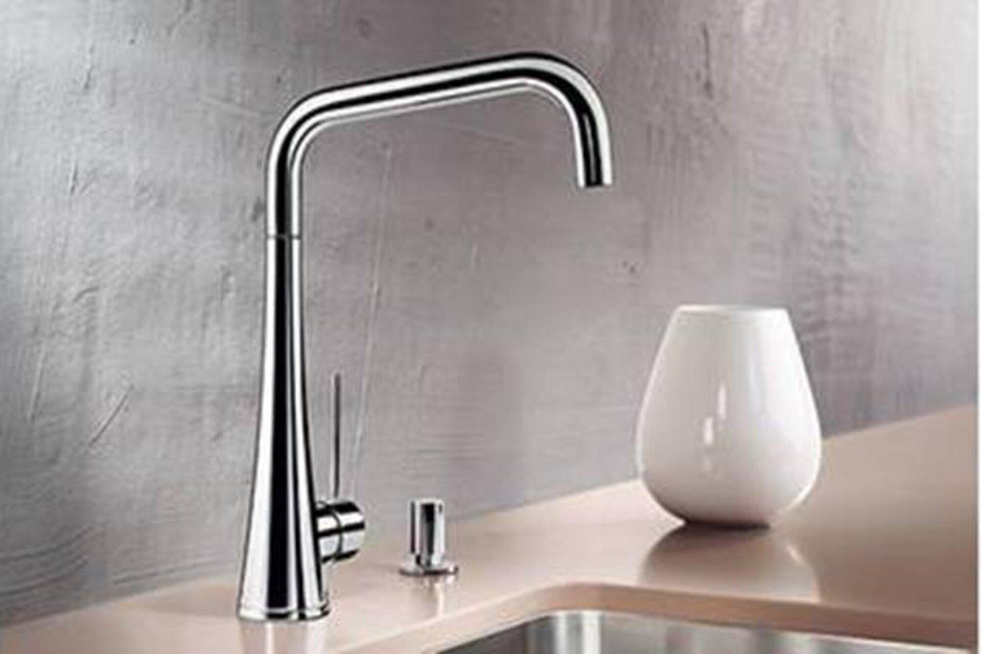 Design-Armatur aus glänzendem Edelstahl dient als Kategoriebild für den Bereich Armaturen in der Küche.