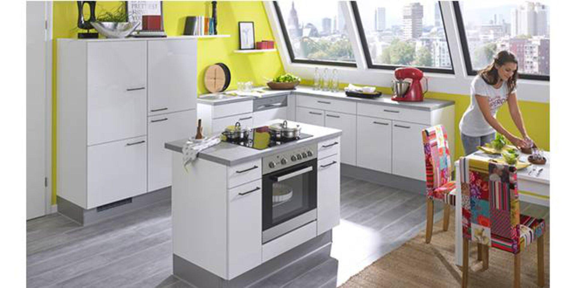 Kleine Kücheninsel mit eingebautem Backofen in einer Dachgeschosswohnung dient als Titelbild für Kompaktküchen.