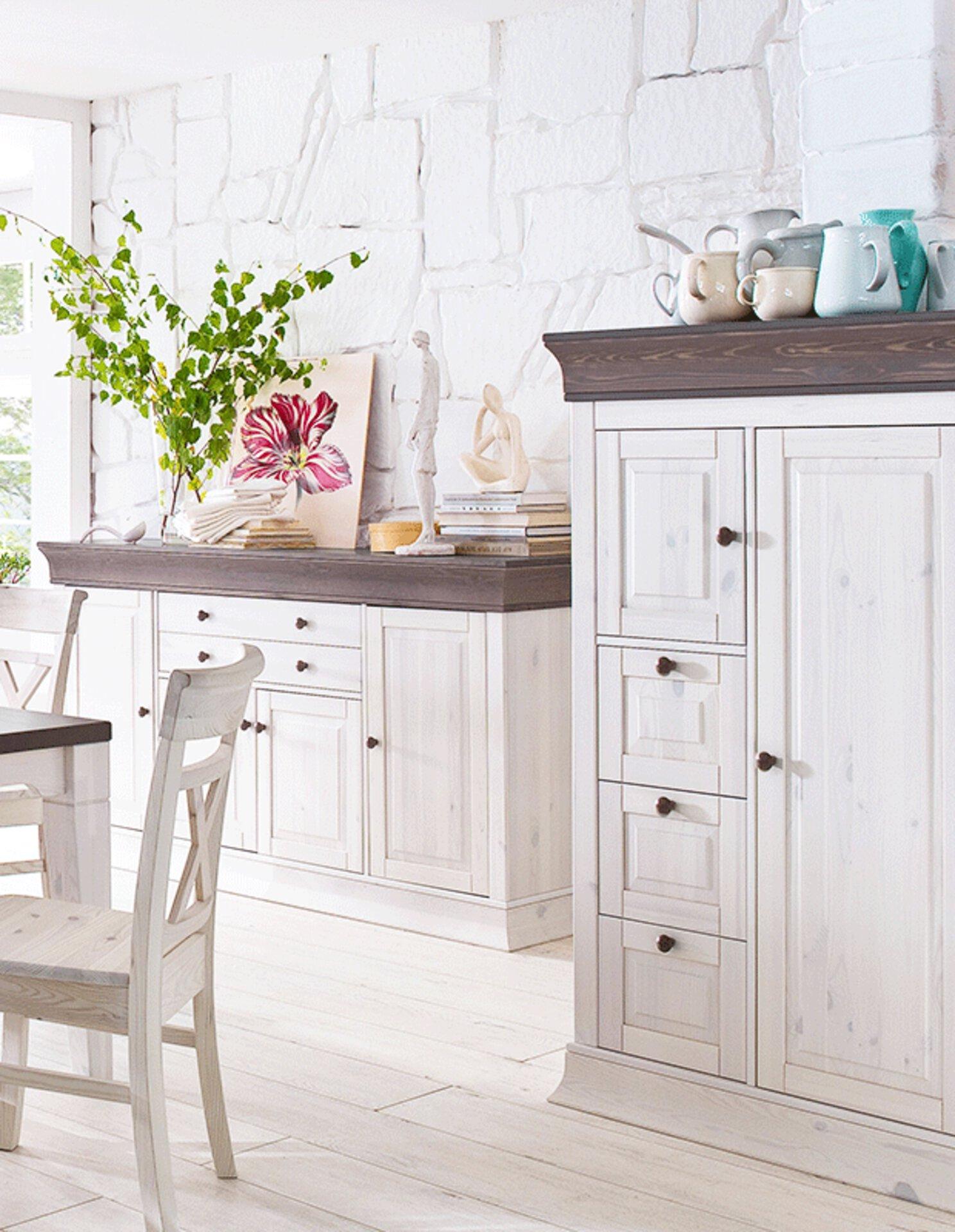 """Ausschnitt eines Esszimmer im Lanhasustil mit weißen Holzmöbeln. Das Bild dient als Hauptbild zu """"Landhaus"""" auf der Startseite """"Inspiration""""."""