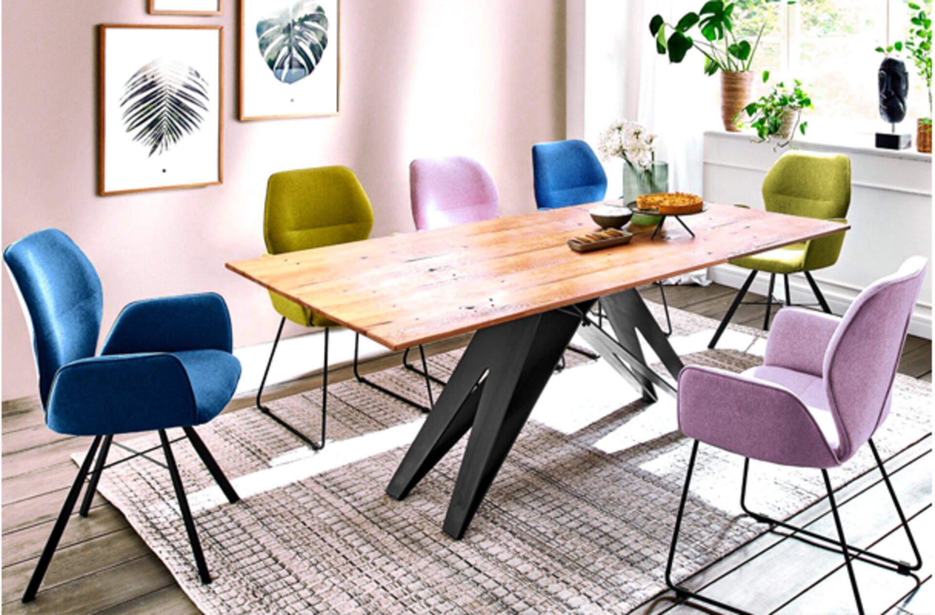 Esstisch mit bunten Schalenstühlen