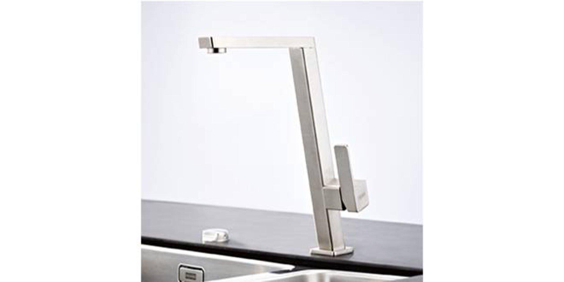 Wasserhahn aus Edelstahl. Das Design ist sehr geradlinig, dank des verwendetem Vierkantrohrs.