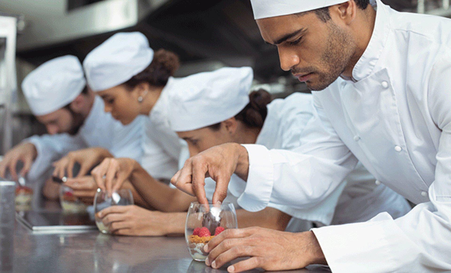 Essensvorbereitung in der Großküche