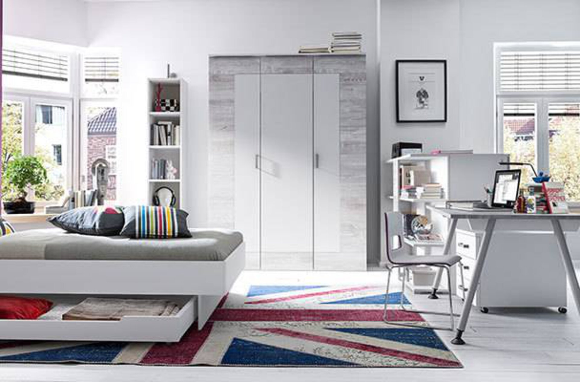 Milieubild zu Kinderzimmer zeigt hell eingerichtetes Jugendzimmer mit Teppich im Union-Flag-Design
