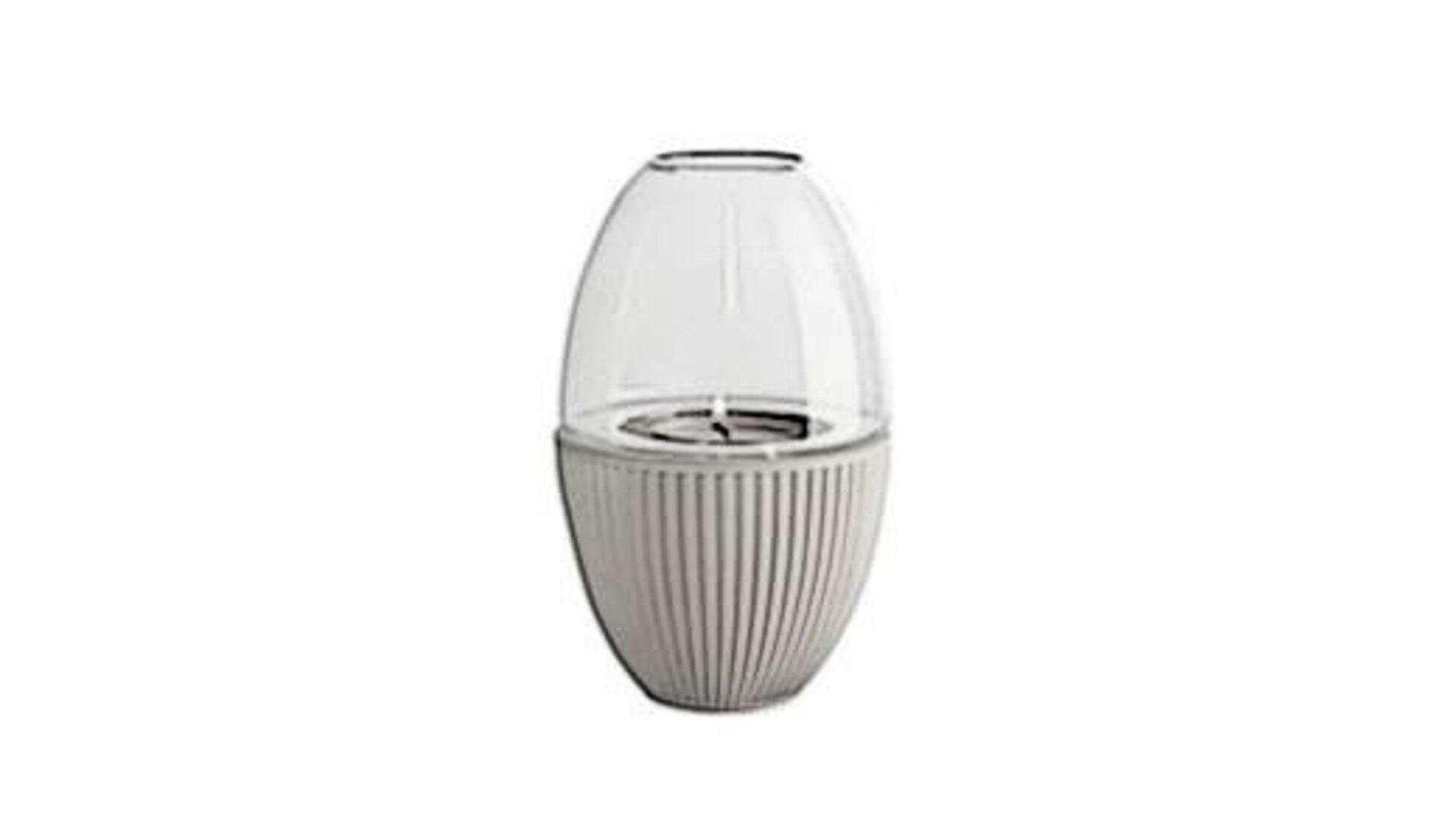 Modernes Windlicht aus hellem Rattan in der unteren Hälfte und Glaskörper im oberen Bereich als Icon für Laternen und Windlichter.