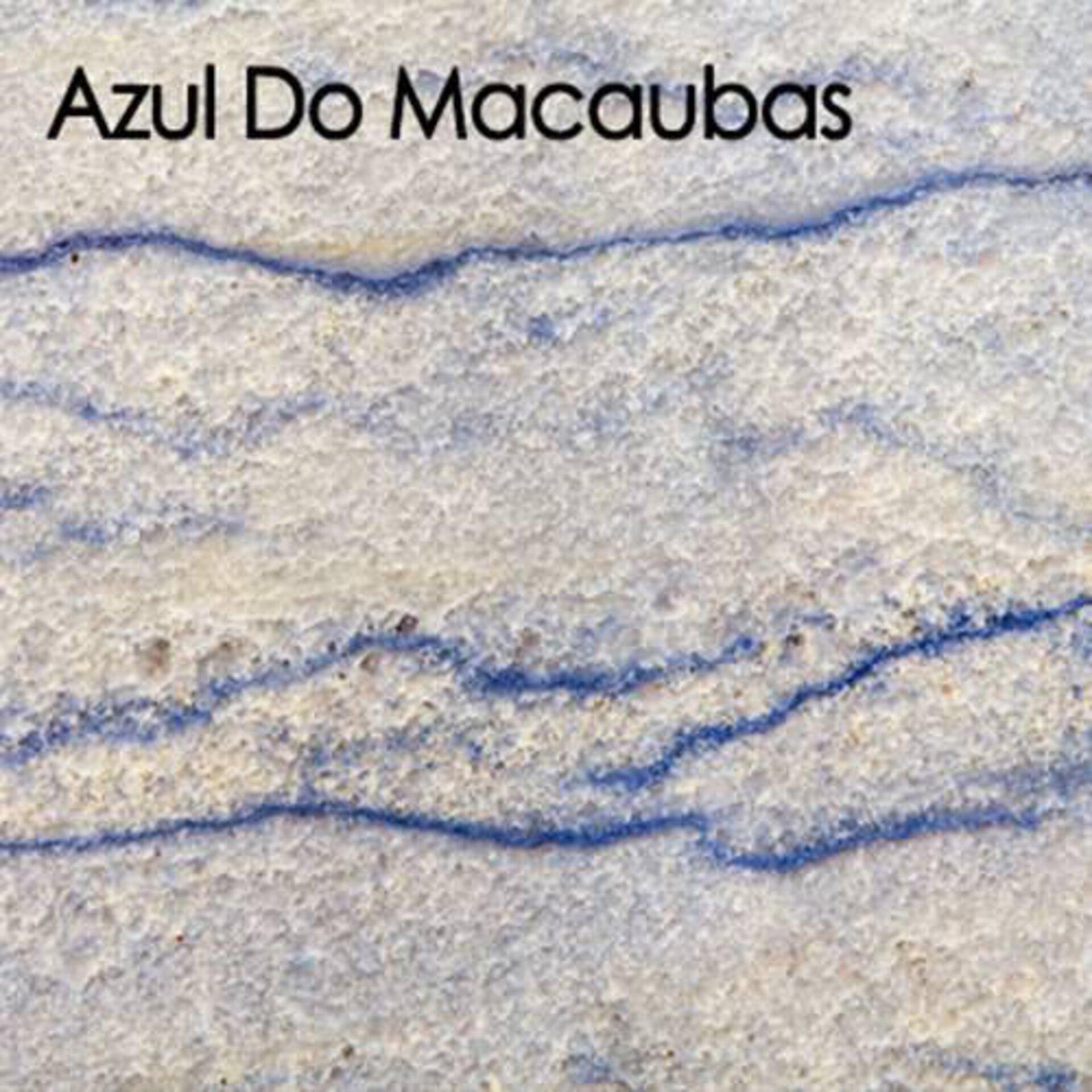 Arbeitsplatte aus Naturstein. Der hellgraue Stein ist mit blauen Linien durchzogen und nennet sich Azul Do Macaubas.