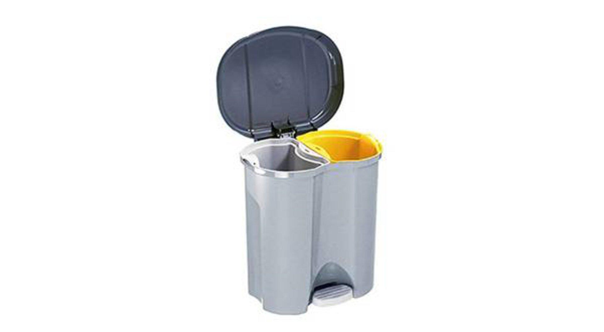 Tretmülleimer mit zwei separaten Fächern. Eines für zum Beispiel Restmüll, das andere für Biomüll oder Gelber Sack. Der Mülleimer ist ein typisches Zubehör, das in keiner Küche fehlen darf.