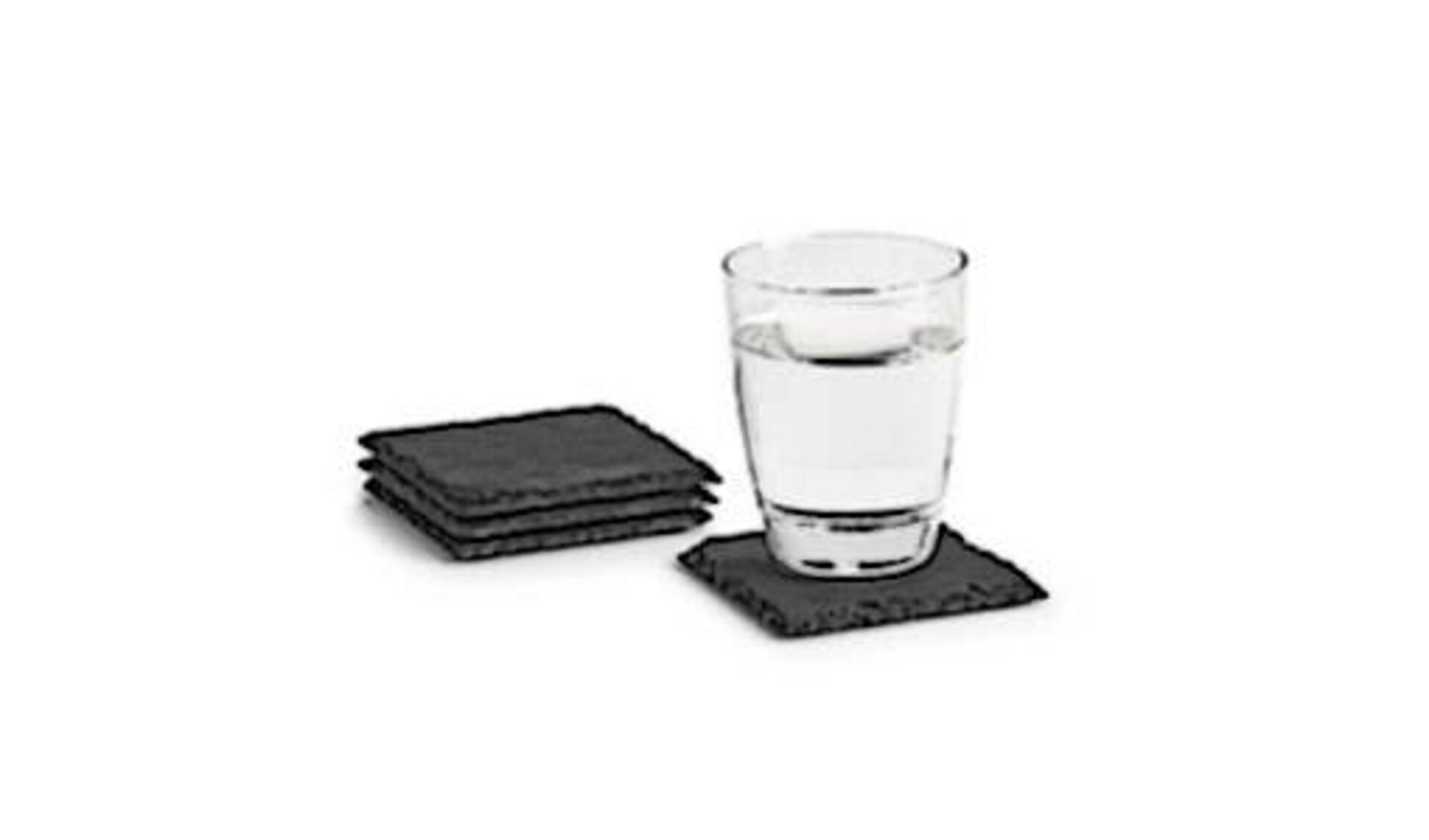 Tischaccessoires werden hier mit einem Trinkglas und Untersetzern aus schwarzem Schiefer dargestellt.