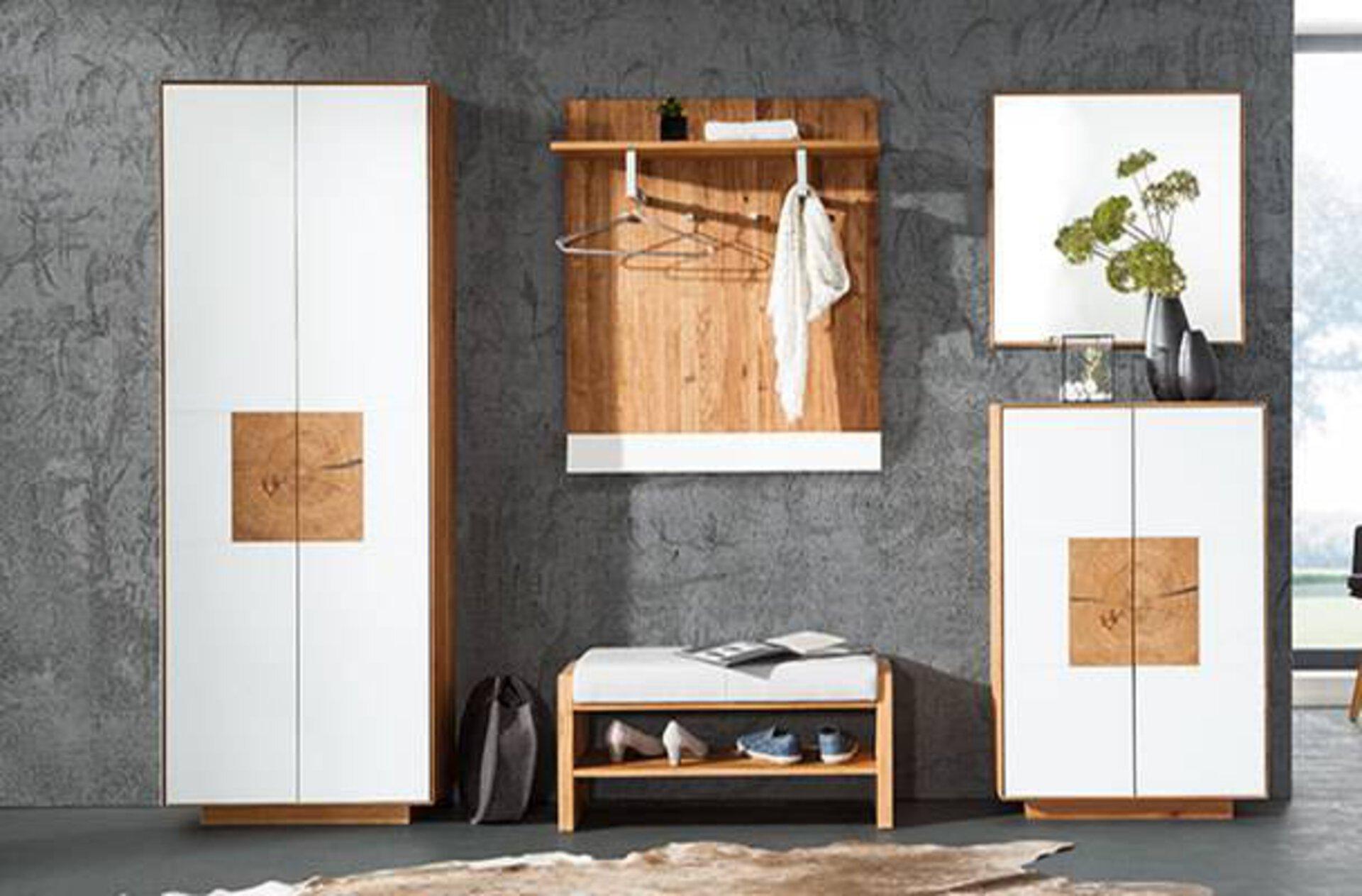 Hochwertige Garderobe in Weiß mit Elementen aus Massivholz. Das Bild dient als Milieubild für Garderobenschränke.