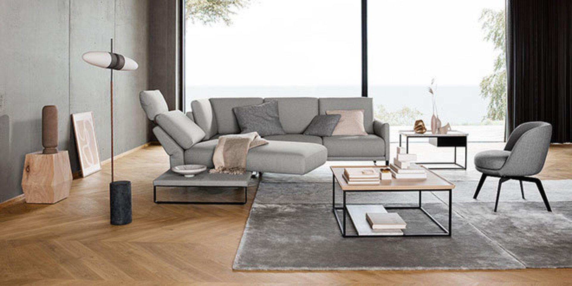 Titelbild der Luxusmarke Rolf Benz. Alle Designmöbel dieser Marke sind bei Möbel Inhofer ausgestellt.