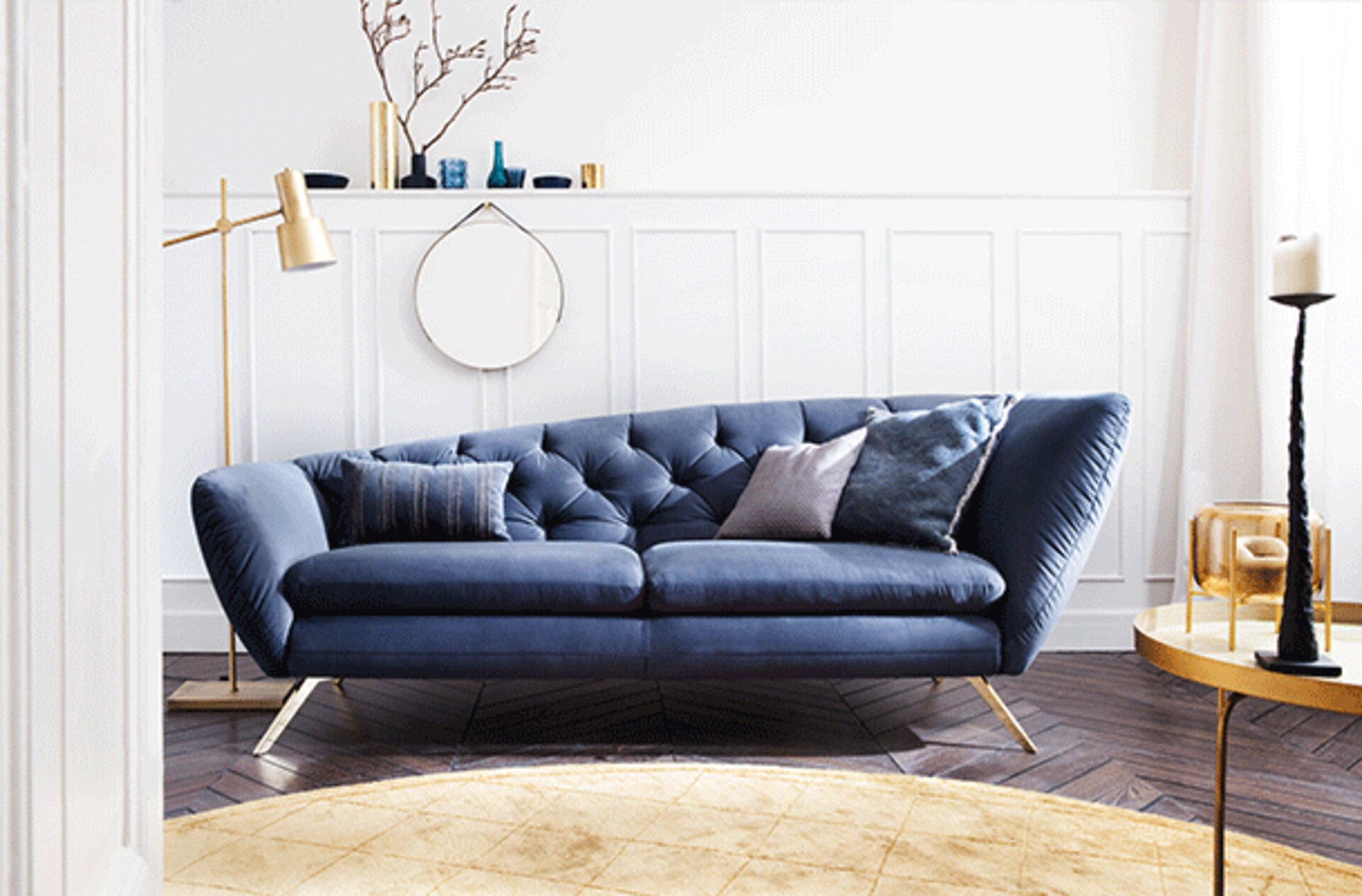 Polstersofa in Canape-Form in dunklerem Blau.