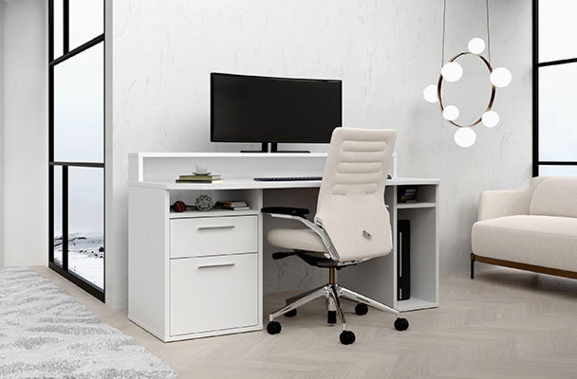 """Arbeitsecke bestehend aus weißem Computertisch und davor ein weißer, lederbezogener Drehstuhl. Das Bild dient als Milieubild für den Inspirationsbereich """"Der richtige Bürostuhl""""."""