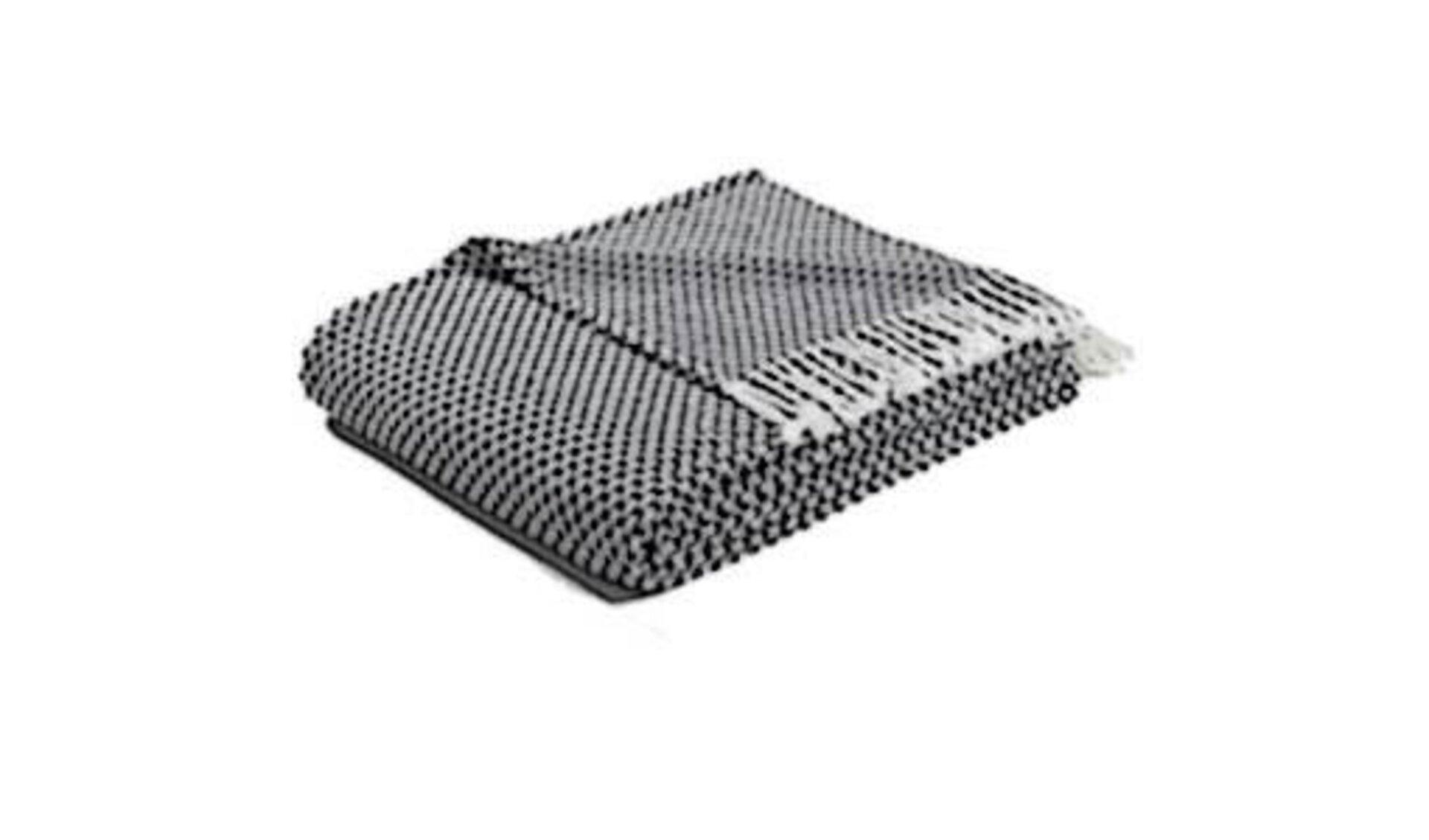 Kuscheldecke in schwarz-hellgrau mit Fransen. Die gestrickte Kuscheldecke steht als Synonym für alle Decken innerhalb der Kategorie.