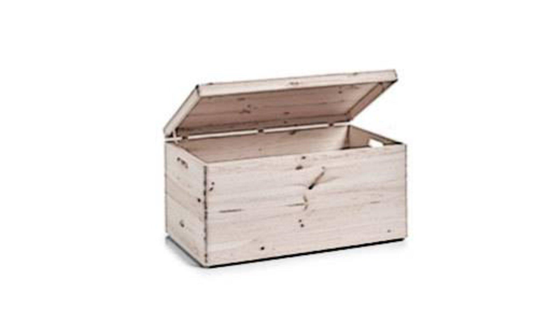 Holzkiste mit leicht geöffnetem Deckel steht Sinnbildlich für alle Truhen und Kisten.