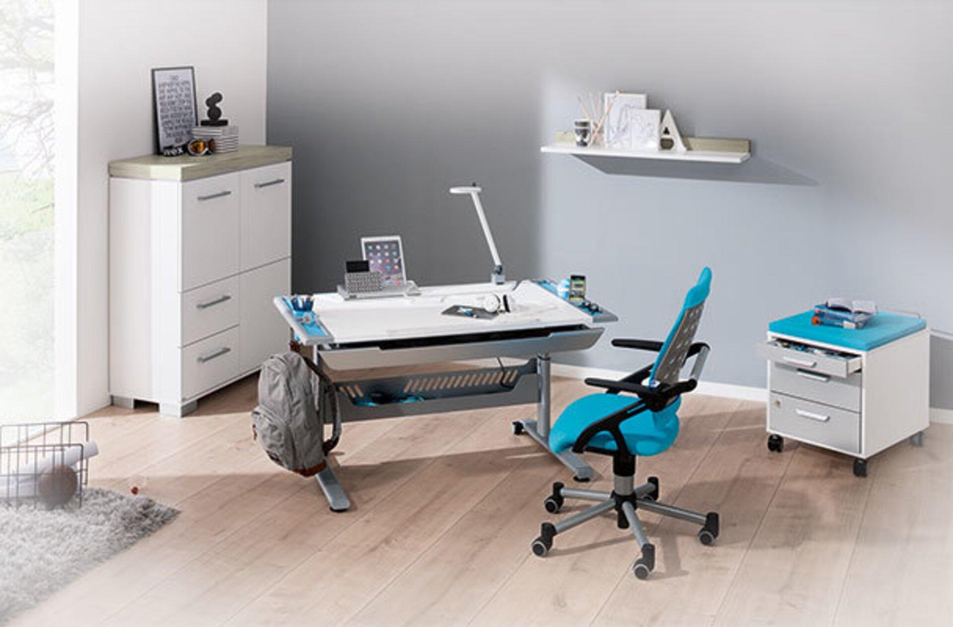 """Jugendschreibtisch mit höhenverstellbarer und kippbarer Tischplatte in einem hellen Jugendzimmer dient als zweites Milieubild im Inspirationsbereich """" ergonomische Büromöbel""""."""