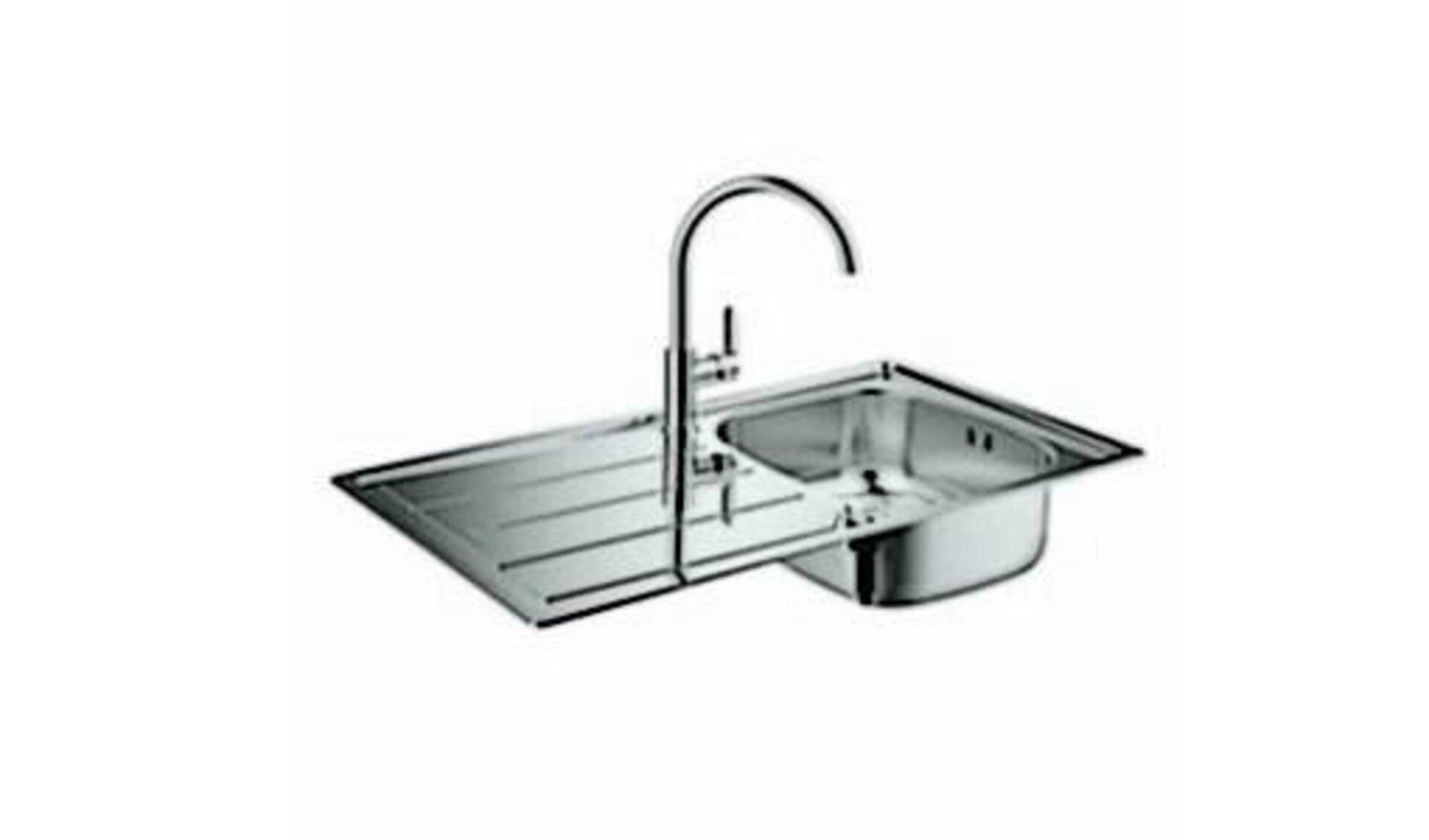 Spüle aus Edelstahl mitAbtropffläche für das Geschirr und hohem, gebogenem Wasserhahn steht für alle Spülen innerhalb der Küchenwelt.
