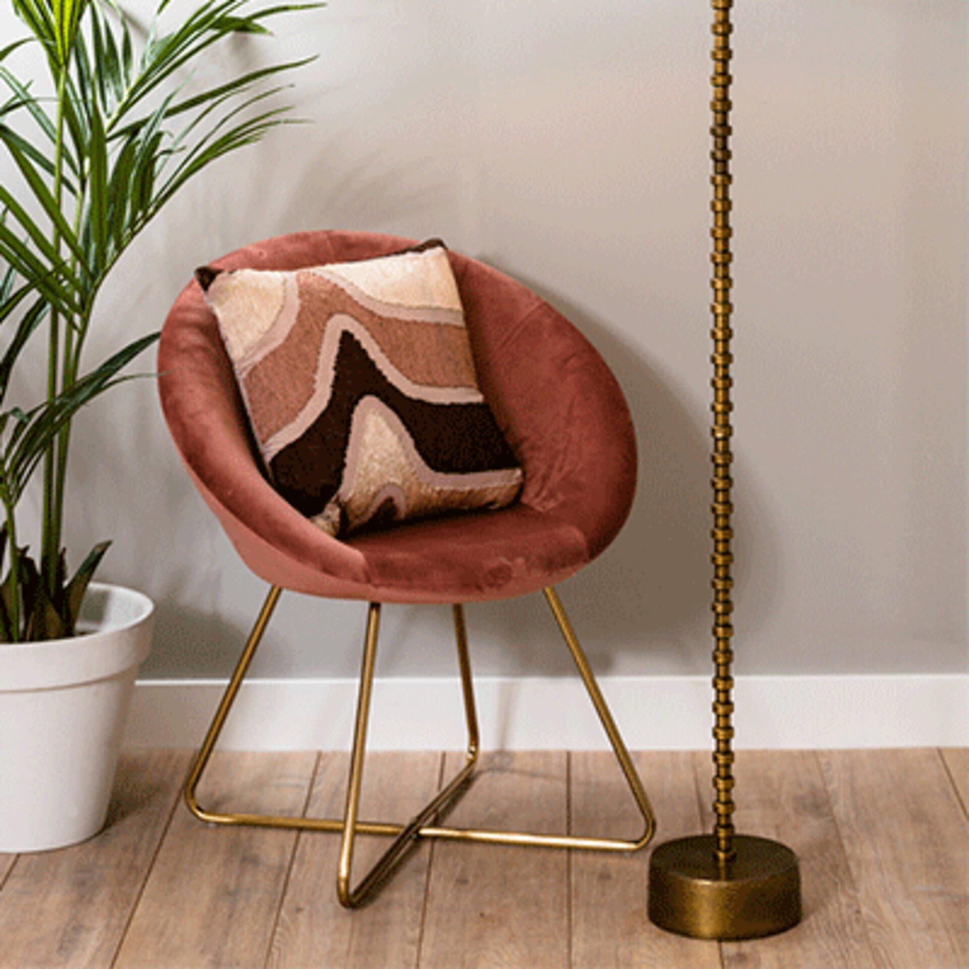 Rosa Sessel mit goldenen Beinen