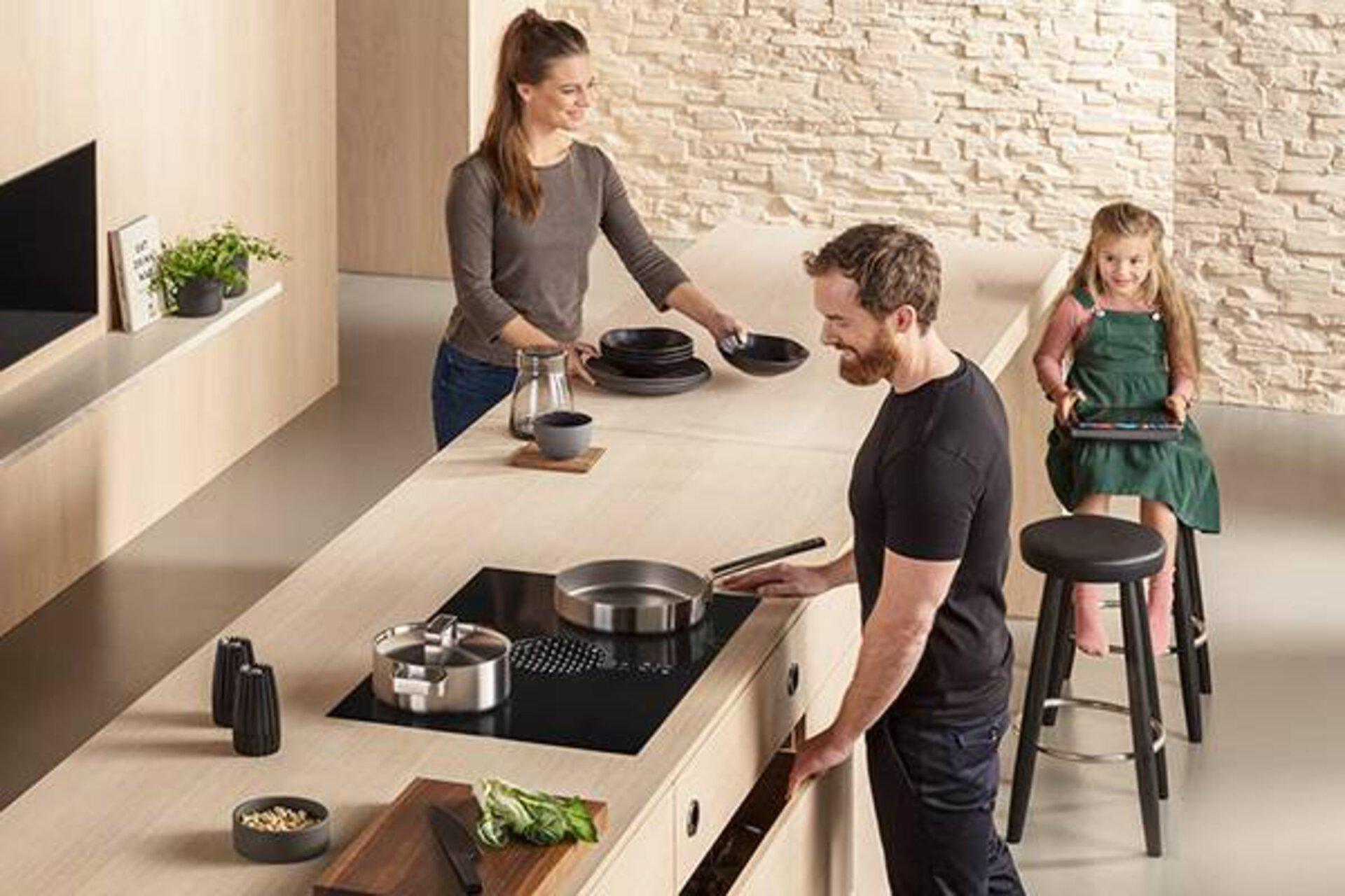 Kategoriebild zu Arbeitsplatten in der Küche. Zu sehen ist eine lange Kücheninsel aus hochwertigem hellen Massivholz.