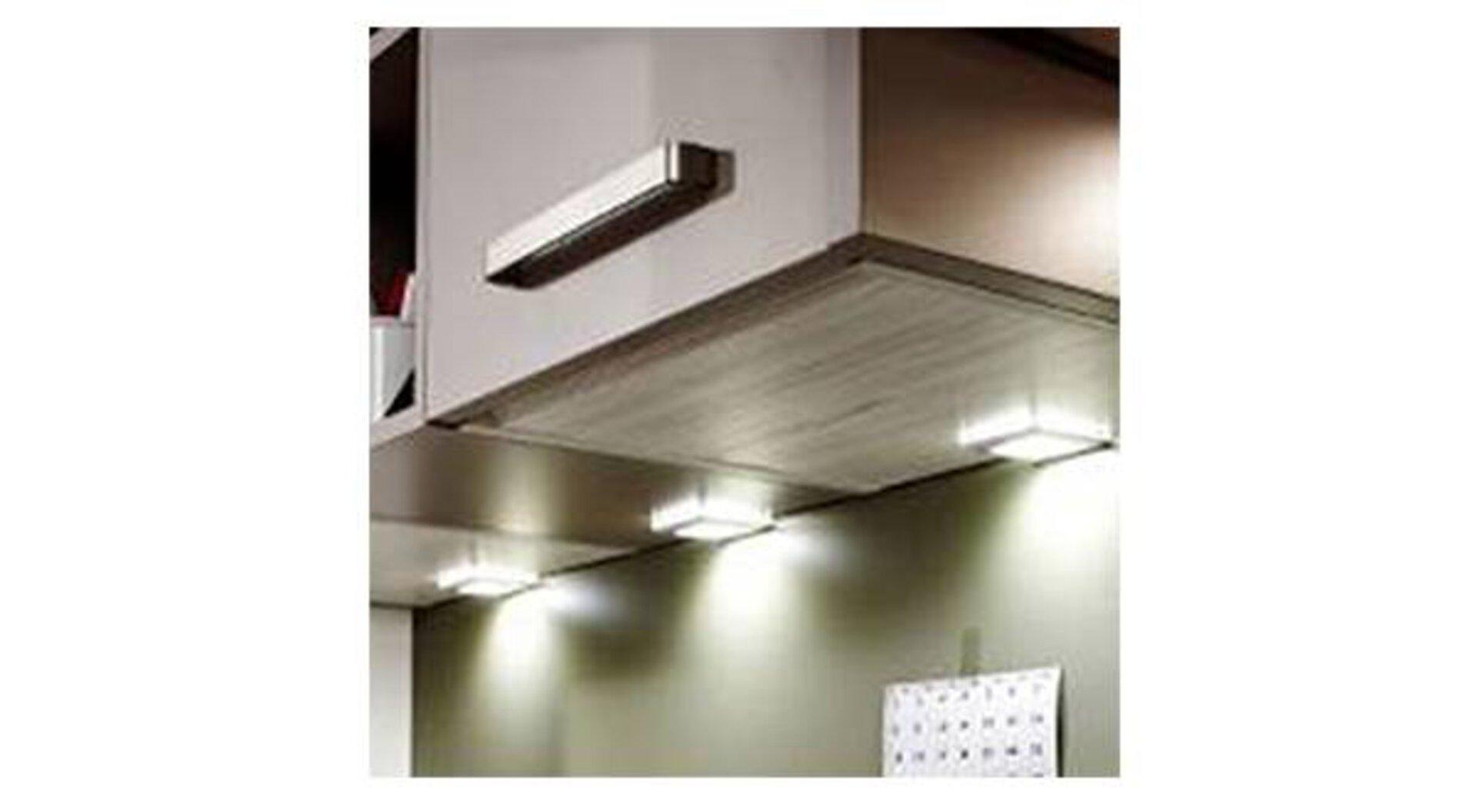 Hängeschrank mit Unterbauleuchten als Milieubild für praktische Leuchten in der Küche.
