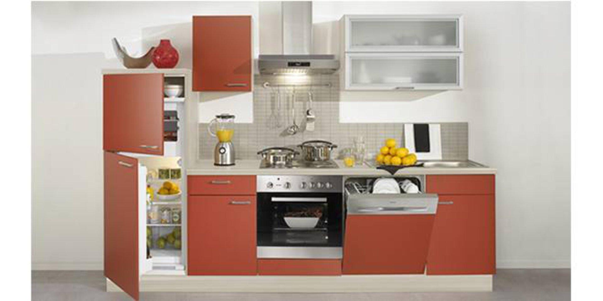Kleine Küche mit hellroten Fronten und diversen Einbaugeräten dient als Beispiel für Kompaktküchen.