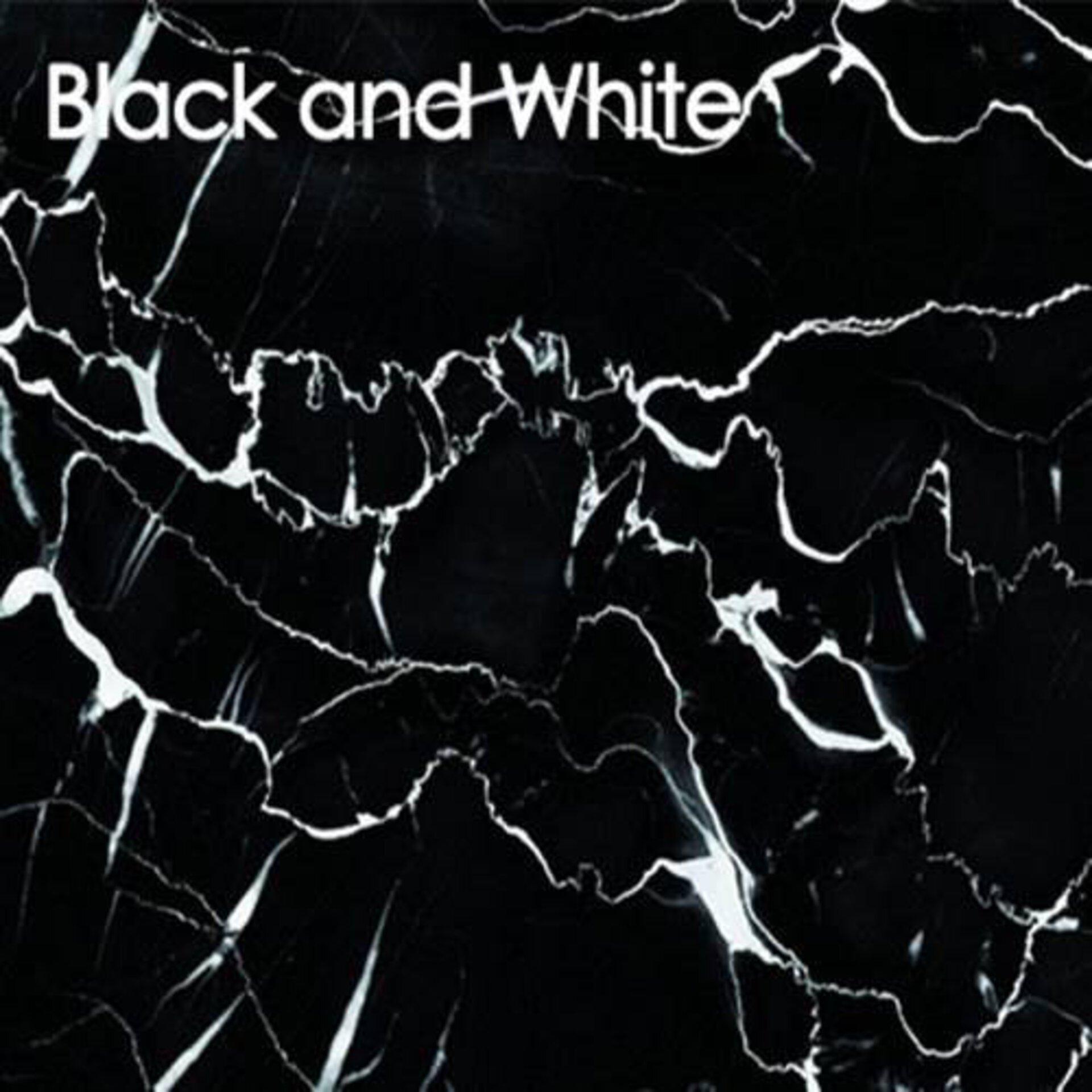 Arbeitsplatte aus Glas in Schwarz und Weiß. Das Muster wirkt fast wie Marmor.