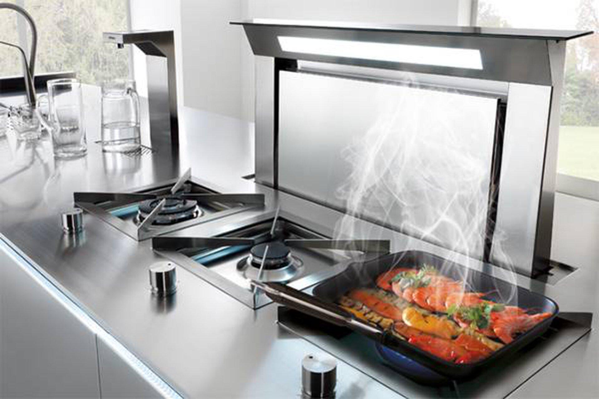 Gasherd mit moderner Edelstahl-Dunstabzugshaube dient asl Kategoriebild für Einbaugeräte in der Küche.