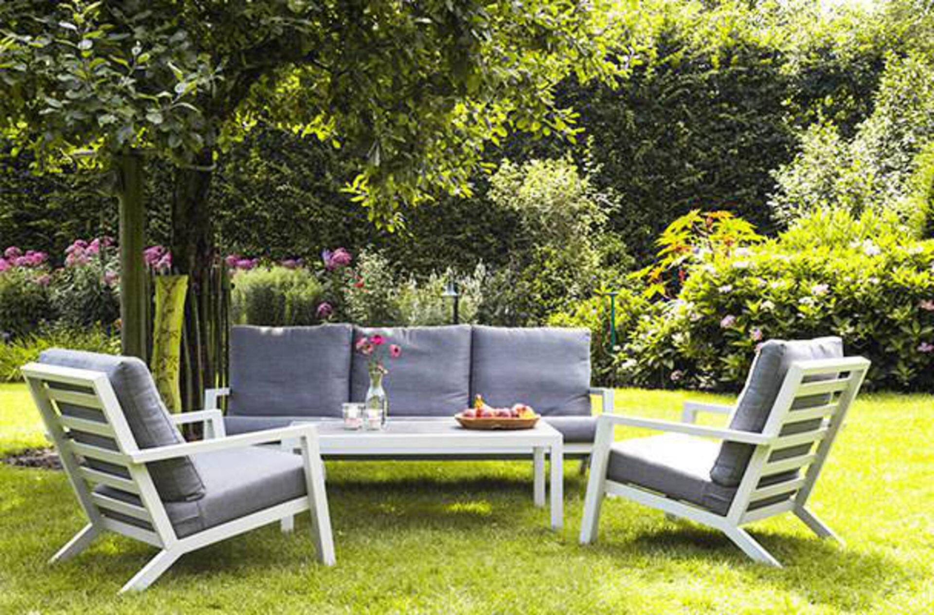 Helle und stabile Gartenmöbel für einen entspannten Feierabend im Freien.