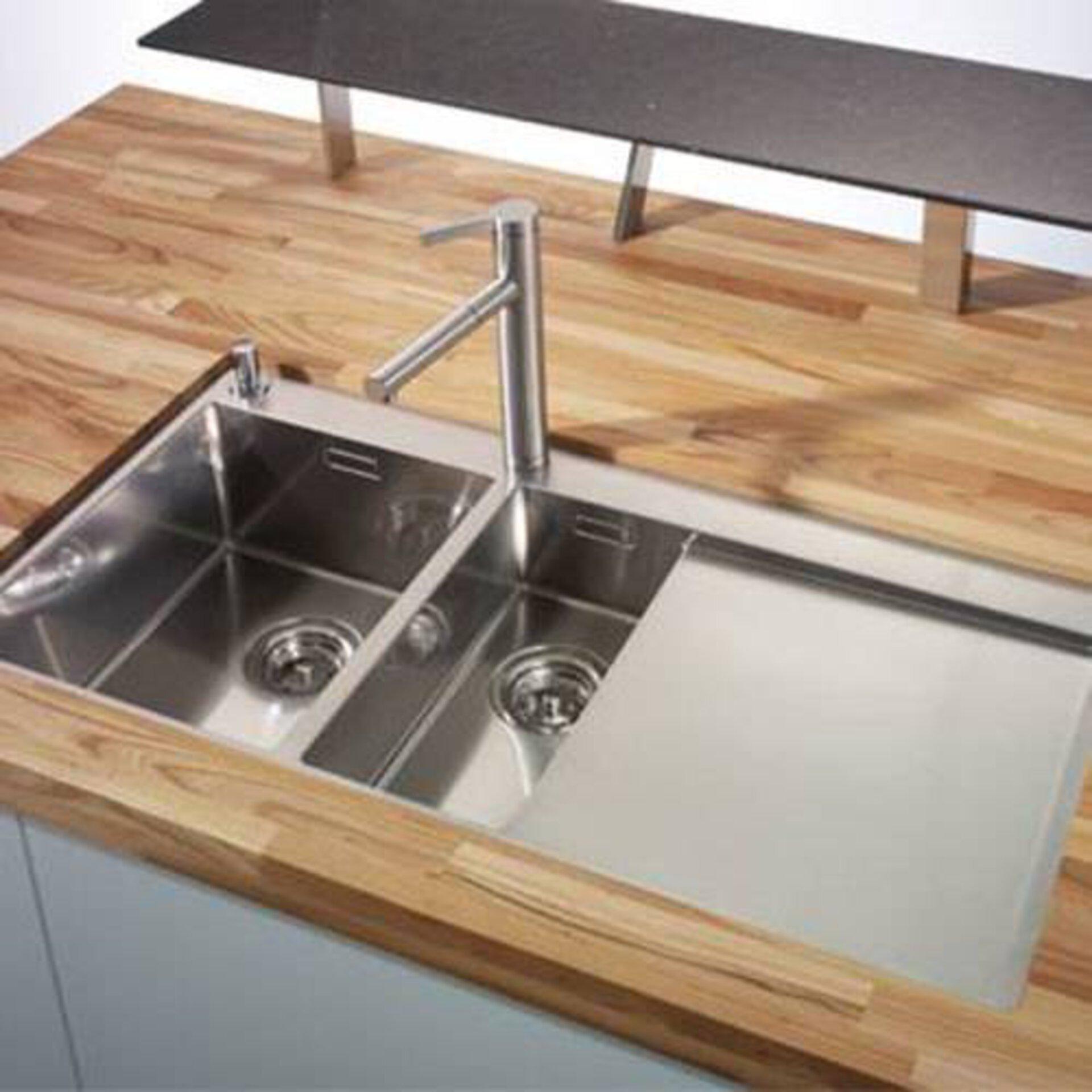 Milieubild zu Arbeitsplatten aus Massivholz. Zu sehen ist eine Kücheninsel als Frühstückstheke mit einer Platte aus hellem Holz.