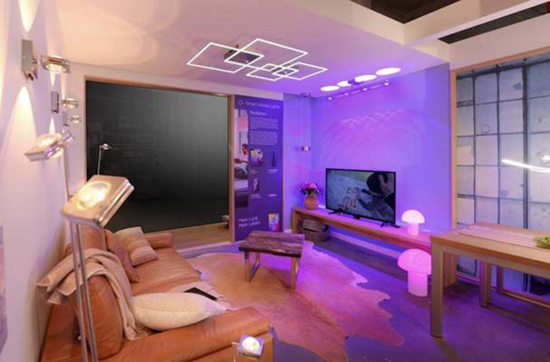 """Ein Ausstellungsraum der in verschiedene Lichtfarben geteilt ist, dient als Milieubild für """"Smart Home Leuchten"""" innerhalb des Inspirationsbereichs."""