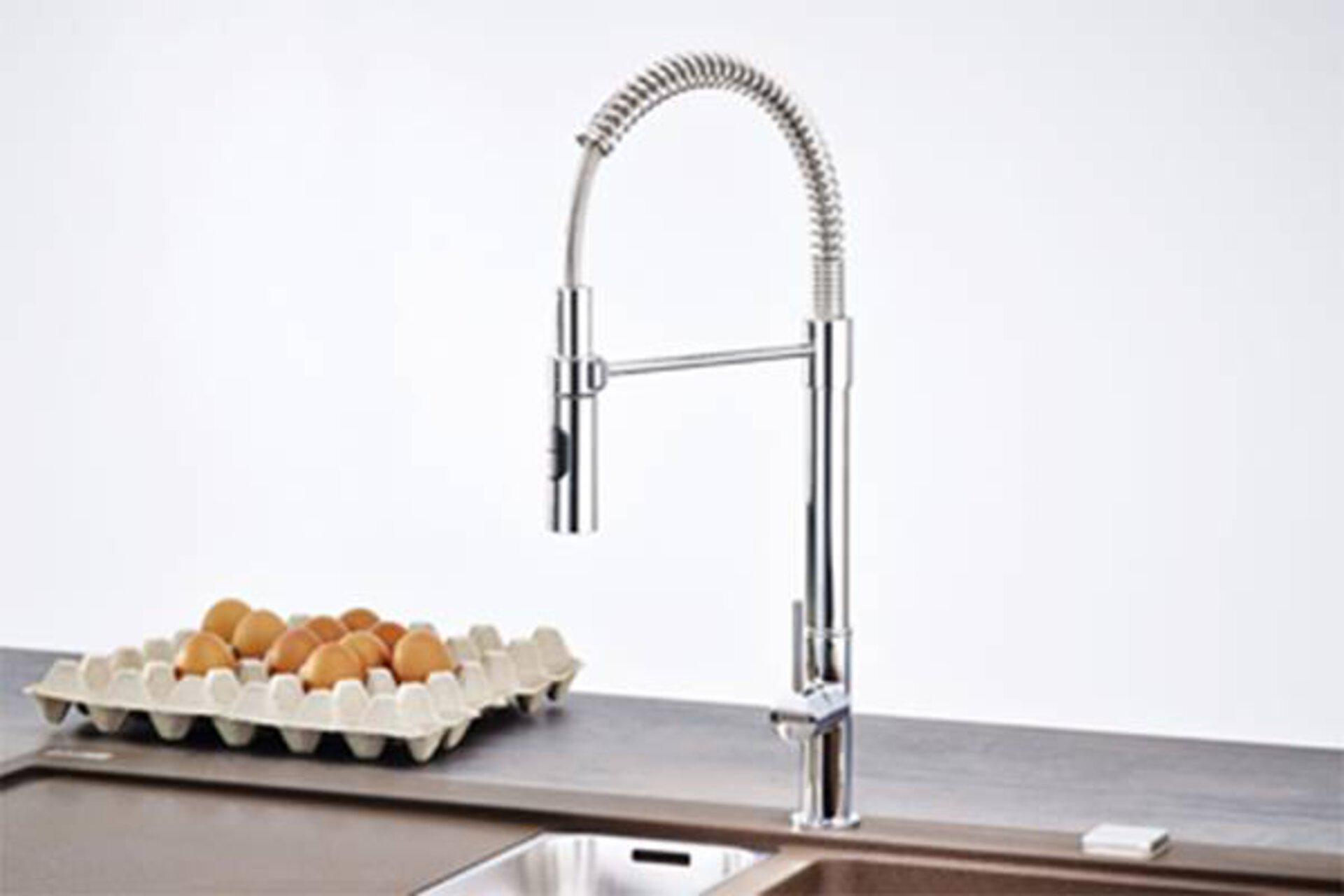 Hoher Wasserhahn aus Edelstahl mit Schlauchbrause als Armatur in der Küche dient als Kategoriebild für Küchenarmaturen.