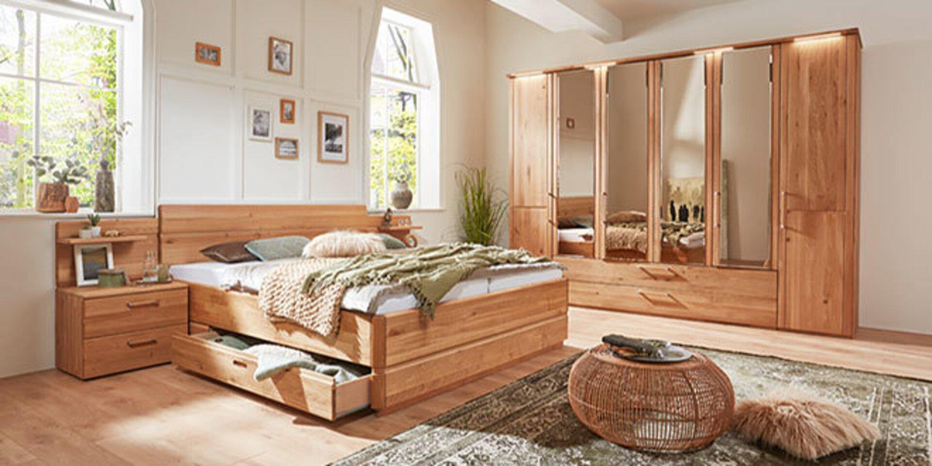 Titelbild der Partner-Marke Valmondo zeigt ein Ehebett aus Holz und einen großen Kleiderschrank mit Spiegeltüren.