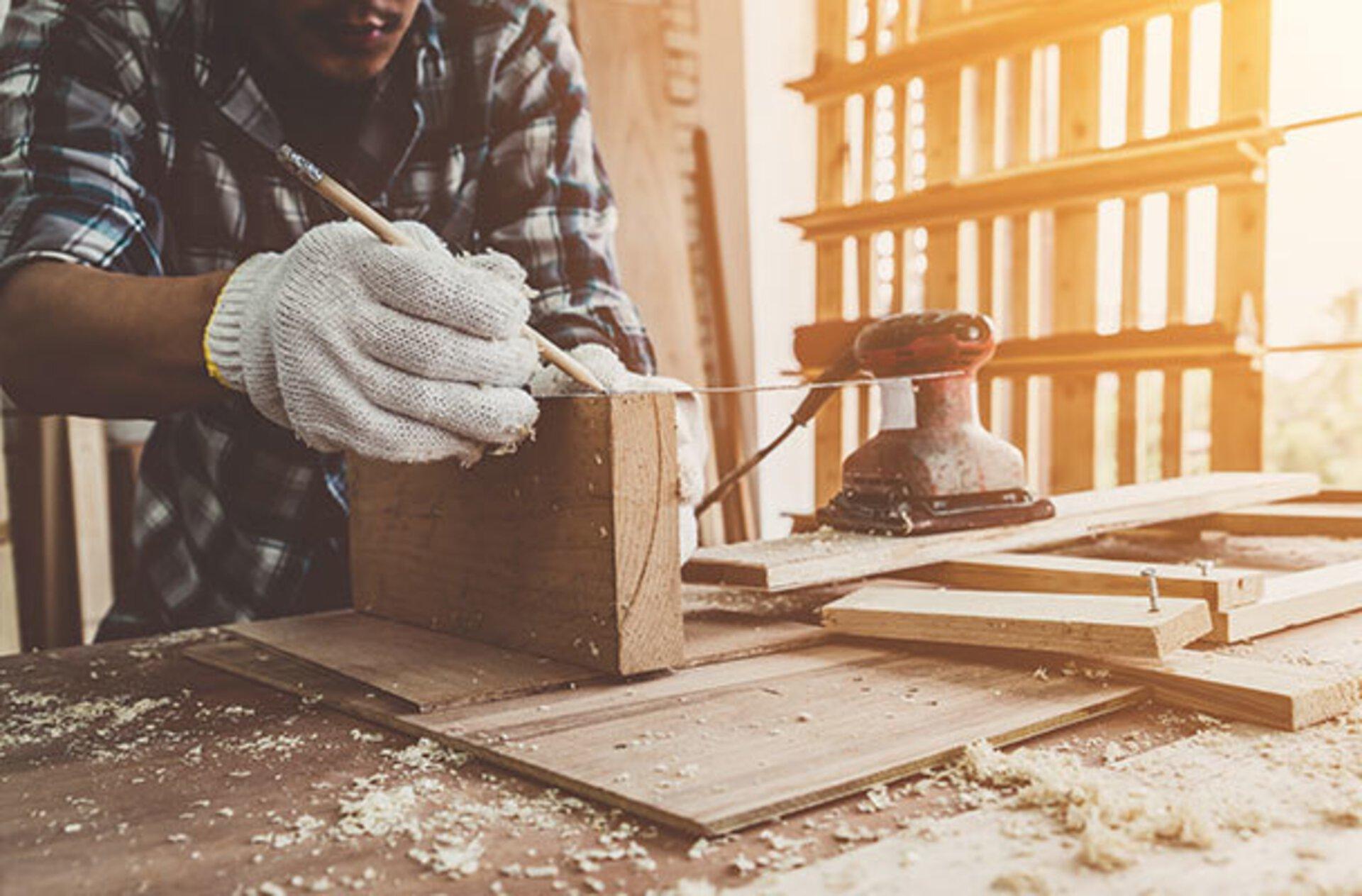 Holz bearbeiten in der Schreinerei