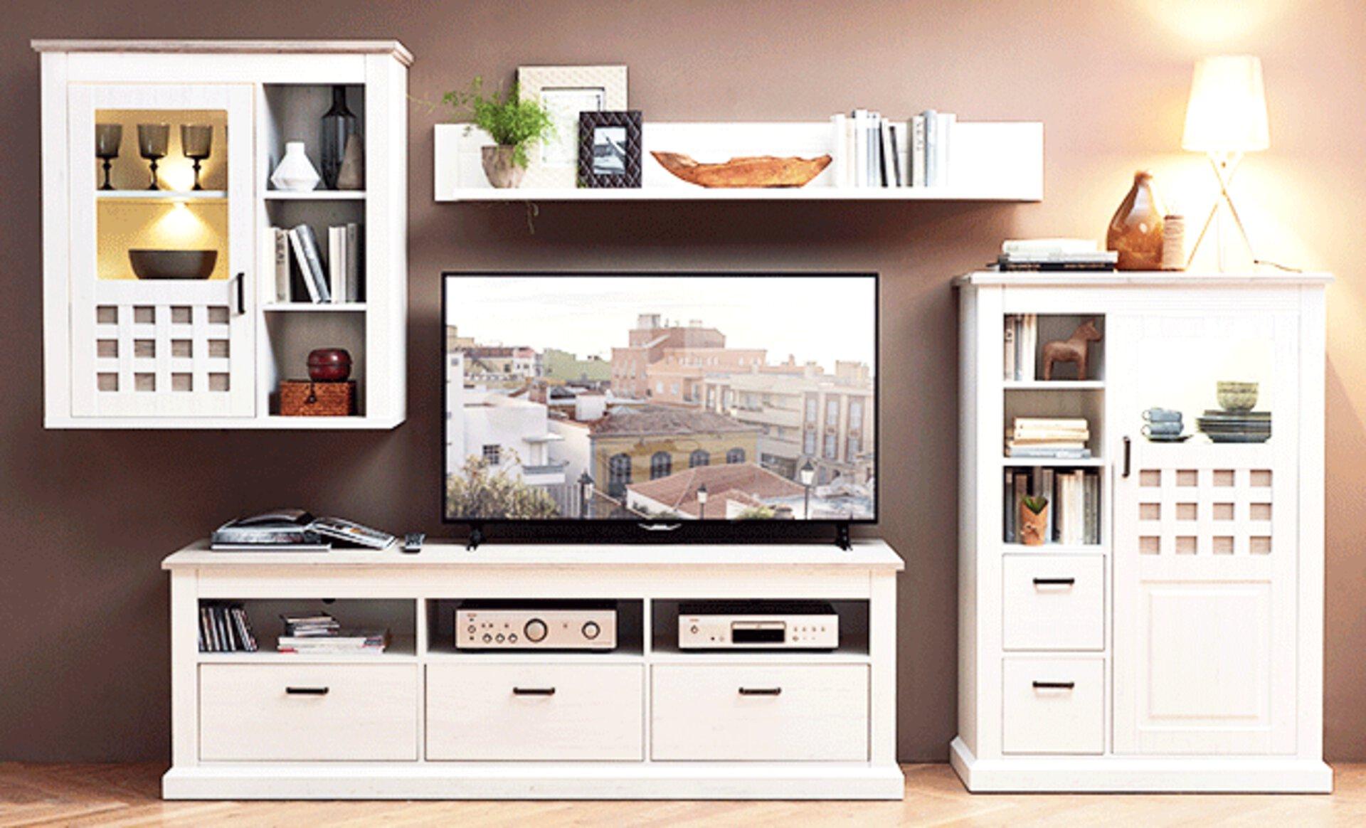 Wohnzimmer im Landhausstil mit weißer Wohnwand aus Holz.