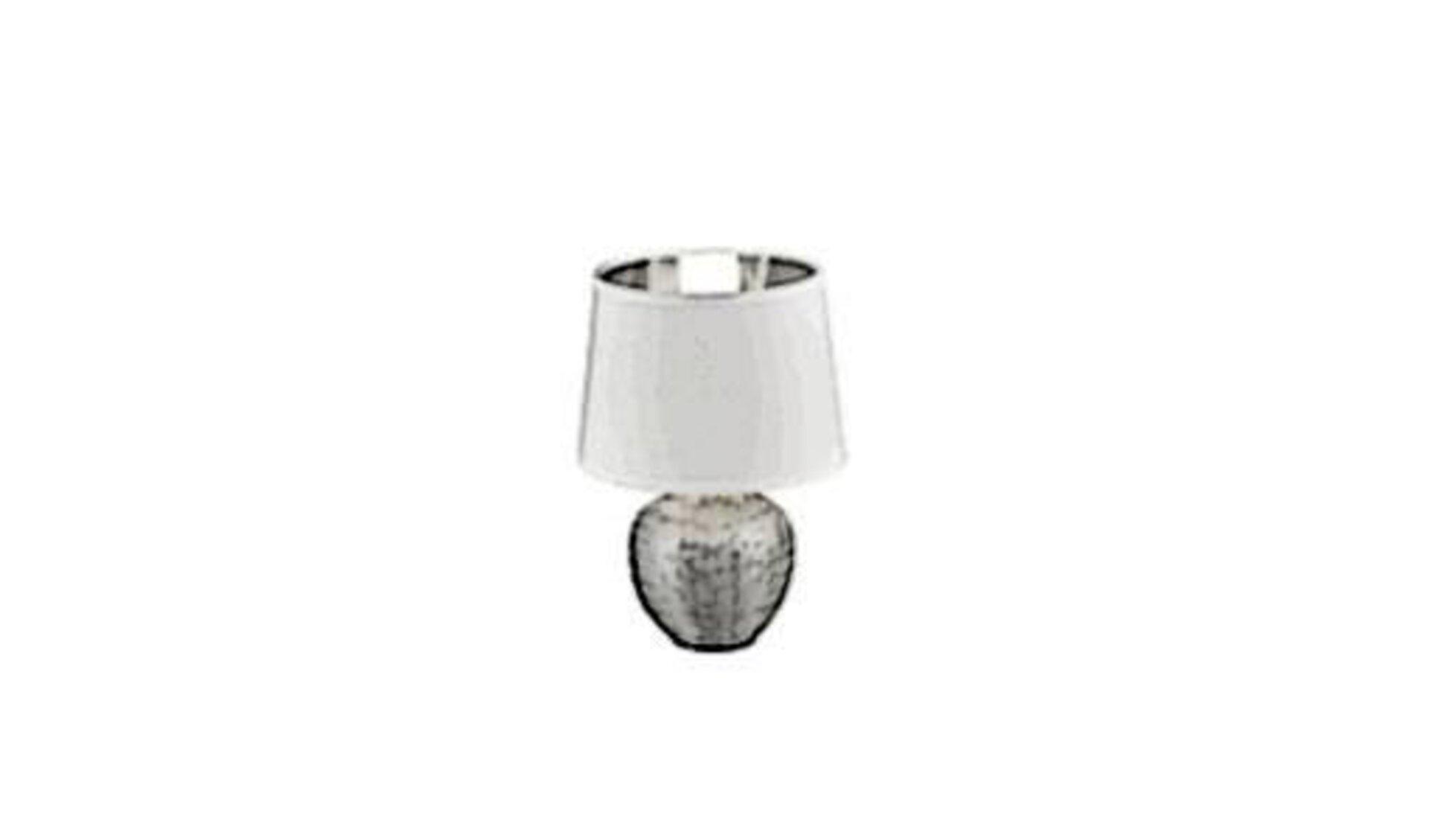 Sinnbild für alle Tischlampen ist ein kugelförmiger Fuß aus Edelstahl und darauf der typische weiße Lampenschirm.
