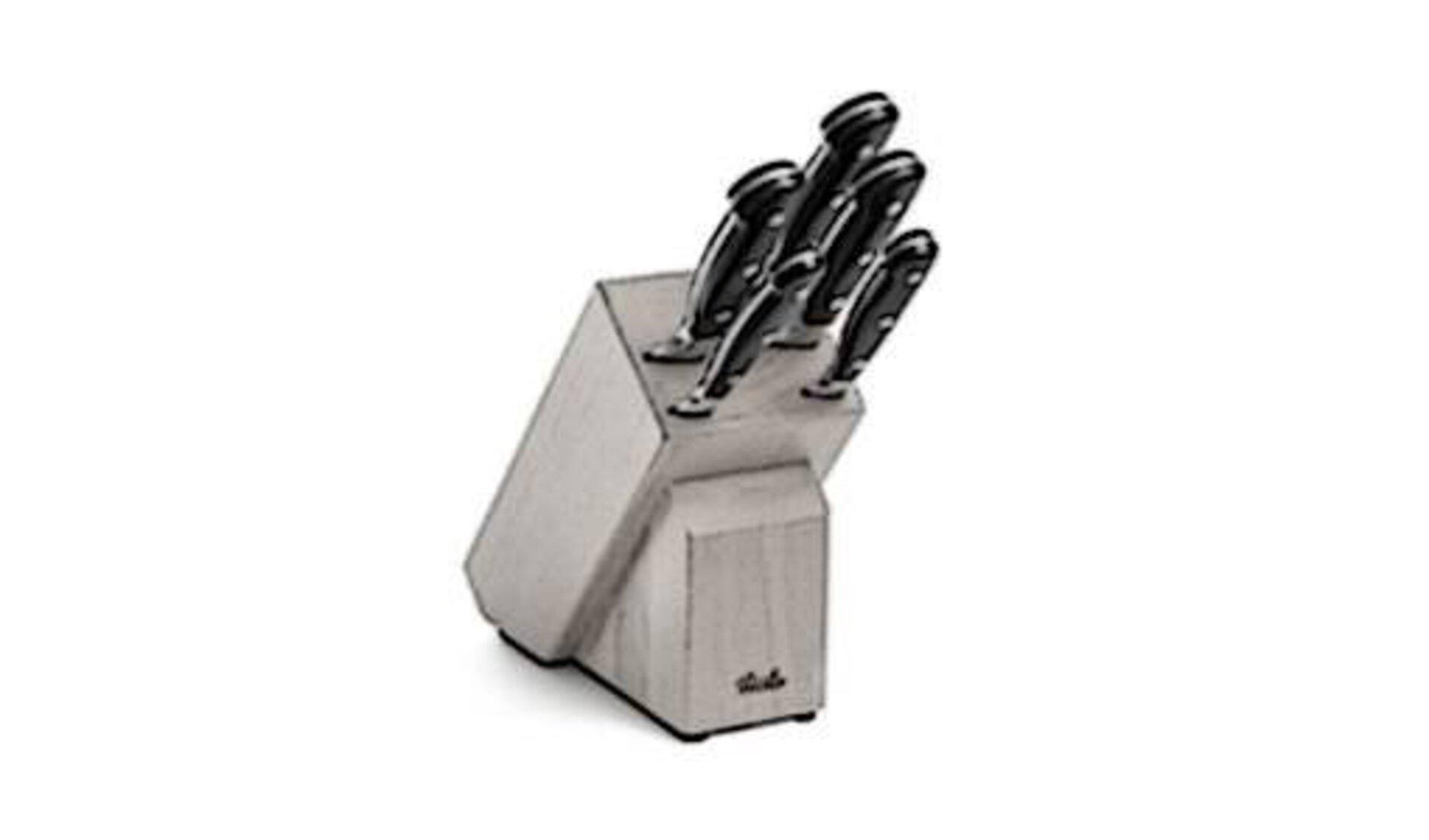 Messer und Messerblöcke werden durch einen hölzernen Messerblock dargestellt, in dem hochwertige Messer mit schwarzen Griffen stecken.